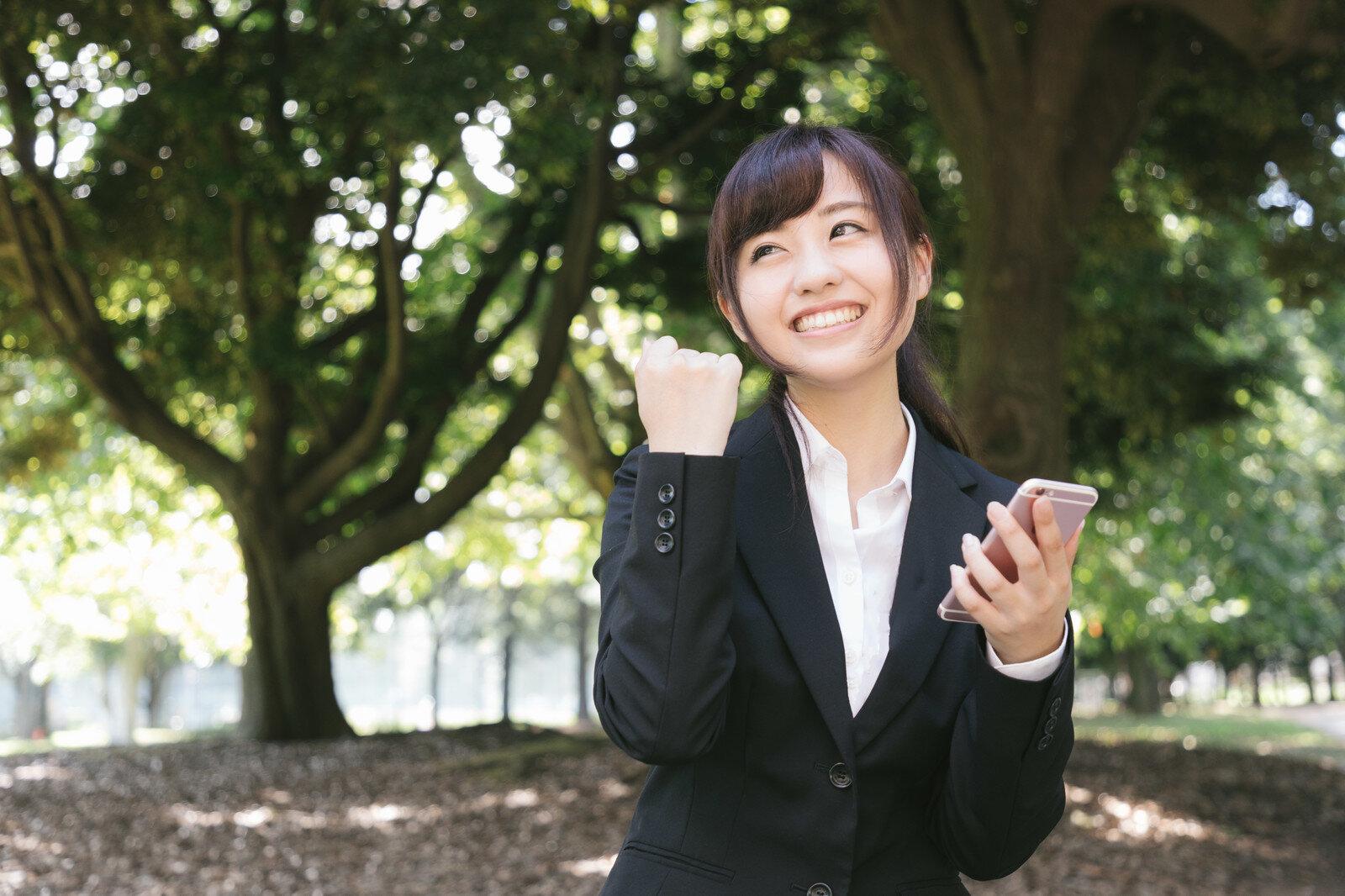 スマホを持った笑顔の女性