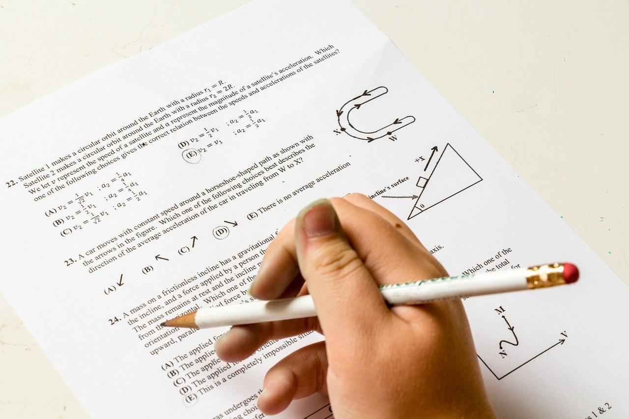 英語の問題を解く受験生
