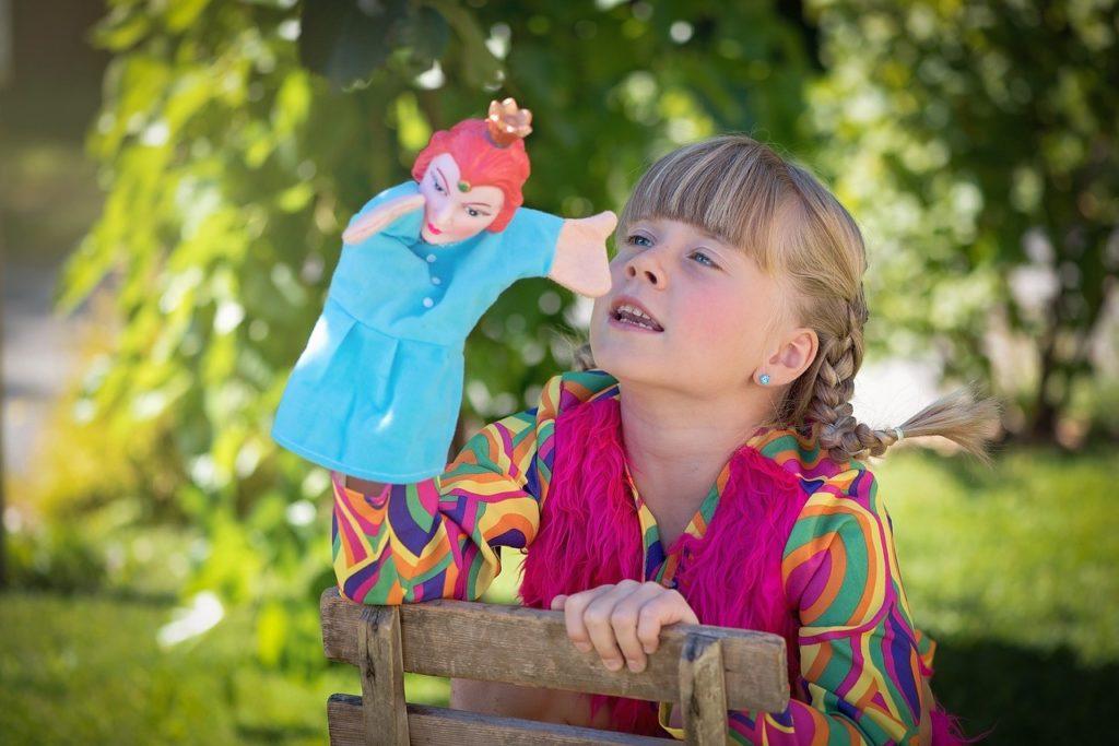 人形を使ってロールプレイをする女の子