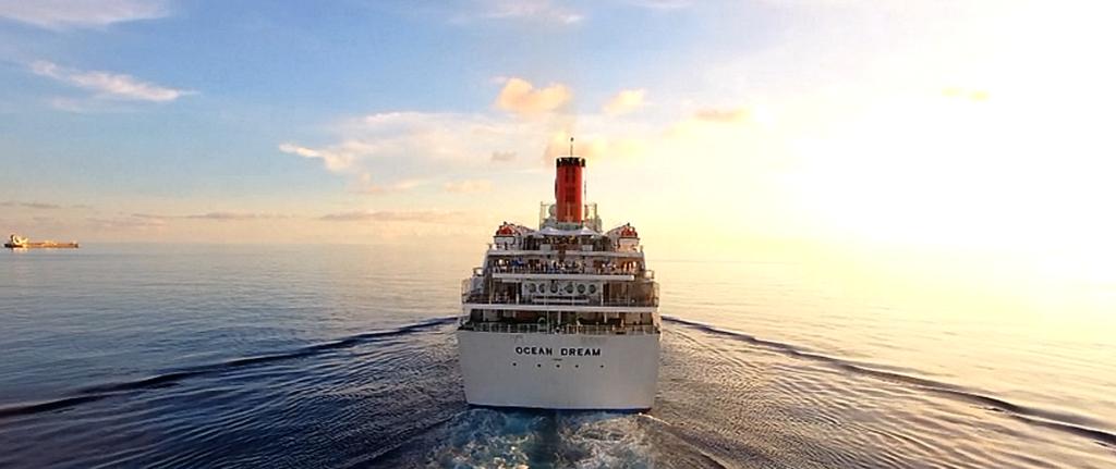 ピースボートの船影
