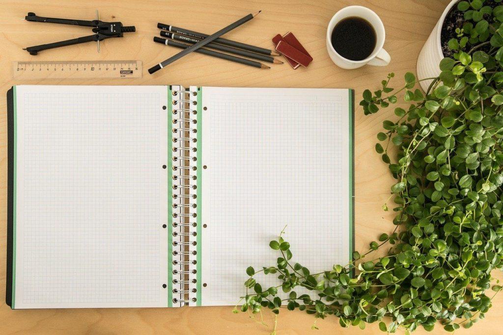 机に置いたノートと筆記用具