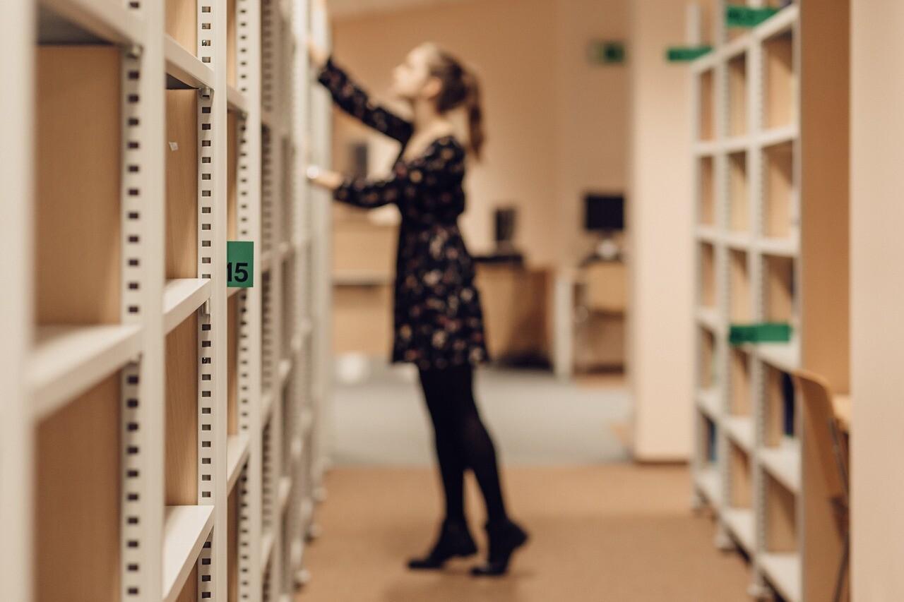 分野ごとに分かれた図書館の本