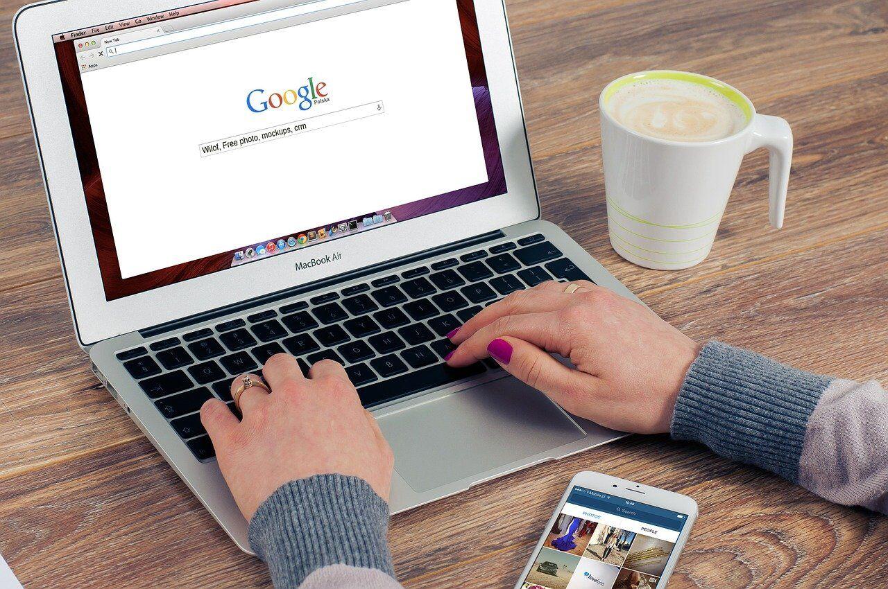 パソコンで検索する女性