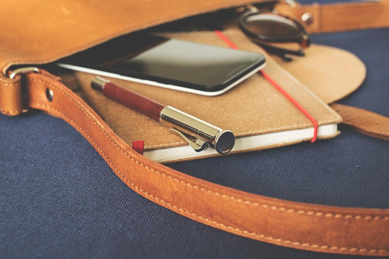 筆記具とノートとスマホ