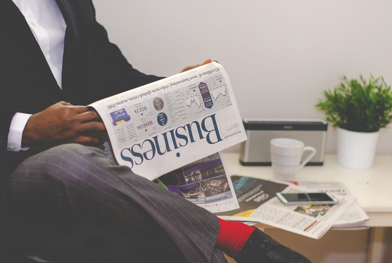 仕事の合間に英字新聞を読む男性