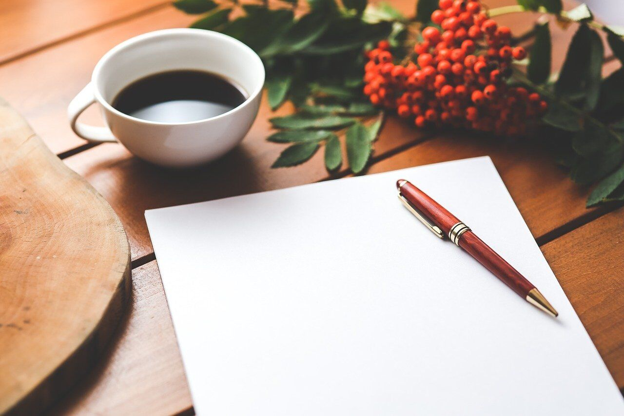 机に用意された紙とペン